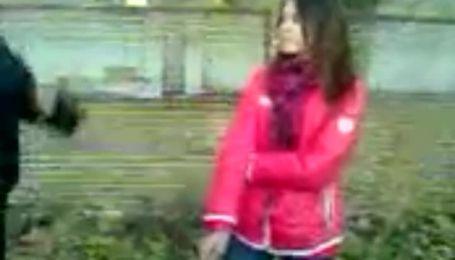 Агрессивный подросток Запорожья бил и унижал свою девушку на камеру