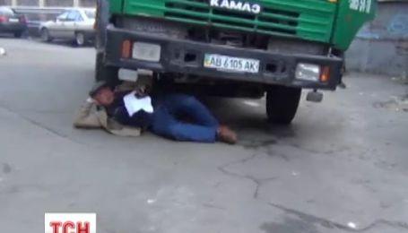 Киевлянин собственным телом остановил застройку на дворе