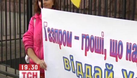 Украинская молодежь требовала у посольства РФ не вмешиваться в украинские дела