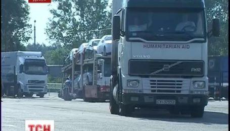 На кордоні з Росією утворились черги із сотні вантажівок