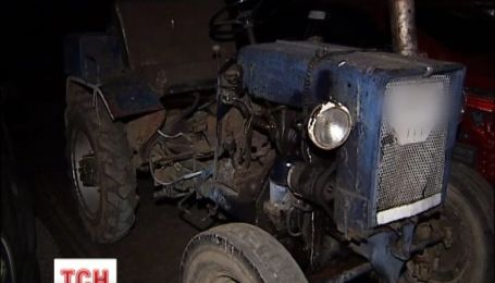 На Київщині 60-річна жінка померла під колесами трактора
