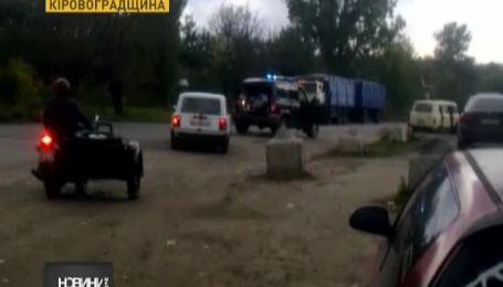 """На Кіровоградщині БТР протаранив вантажівку і УАЗ """"Беркута"""""""