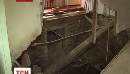 Мешканці аварійної будівлі у Миколаєві вже два місяці живуть на завалах