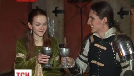 Пара украинских молодоженов отгуляла свадьбу в средневековом замке в Мукачево