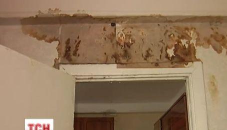 Среди элитных частных домов на Печерске погибает девятиэтажка