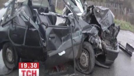 Пьяный парень на скорости врезался в фуру и остался жив