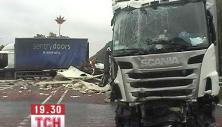 На Житомирщине столкнулись сразу 4 грузовика