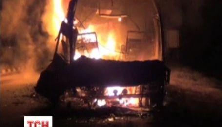 В Индии автобус полный людей врезался в бензовоз
