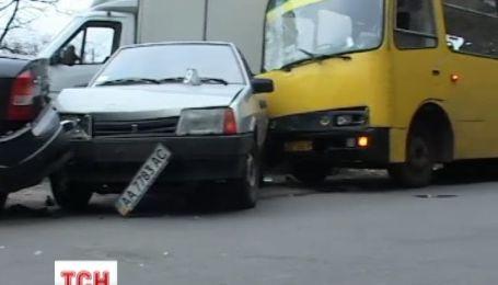 Водій маршрутки в Києві спричинив масштабну аварію