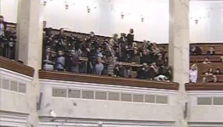 В Раде депутатов забросали листовками с фото Тимошенко