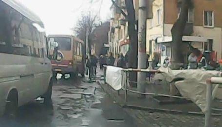 Шокирующее видео тарана автомобилем остановки в Кривом Роге