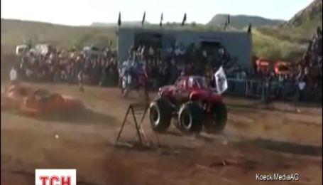 Гигантский грузовик въехал в толпу зрителей в Мексике