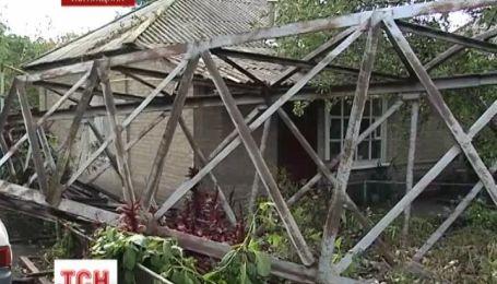 На Луганщине 10-тонная металлическая опора упала в частный двор