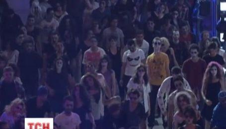 Сотни зомби со всего мира станцевали зажигательный танец под песню Майкла Джексона