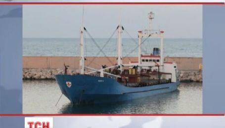 Біля Греції затримали судно нашпиговане українською зброєю