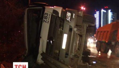 В Киеве многотонная нагруженная фура перевернулась и едва не упала с моста