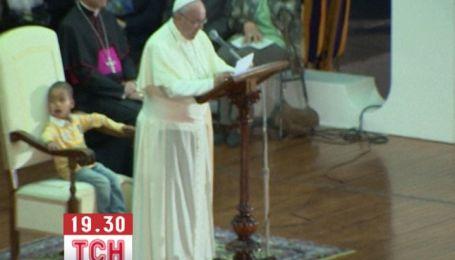 Маленький мальчик своей непосредственностью едва не сорвал мессу Папы Римского