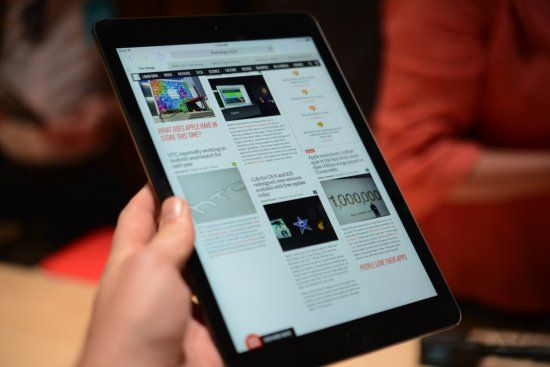 Відповідь санкціям США: російський депутат розтоптав свій iPad і опублікували відео у Facebook