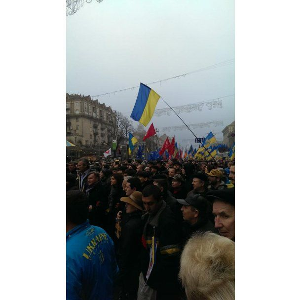 На киевский Евромайдан вышло уже более 100 тысяч украинцев
