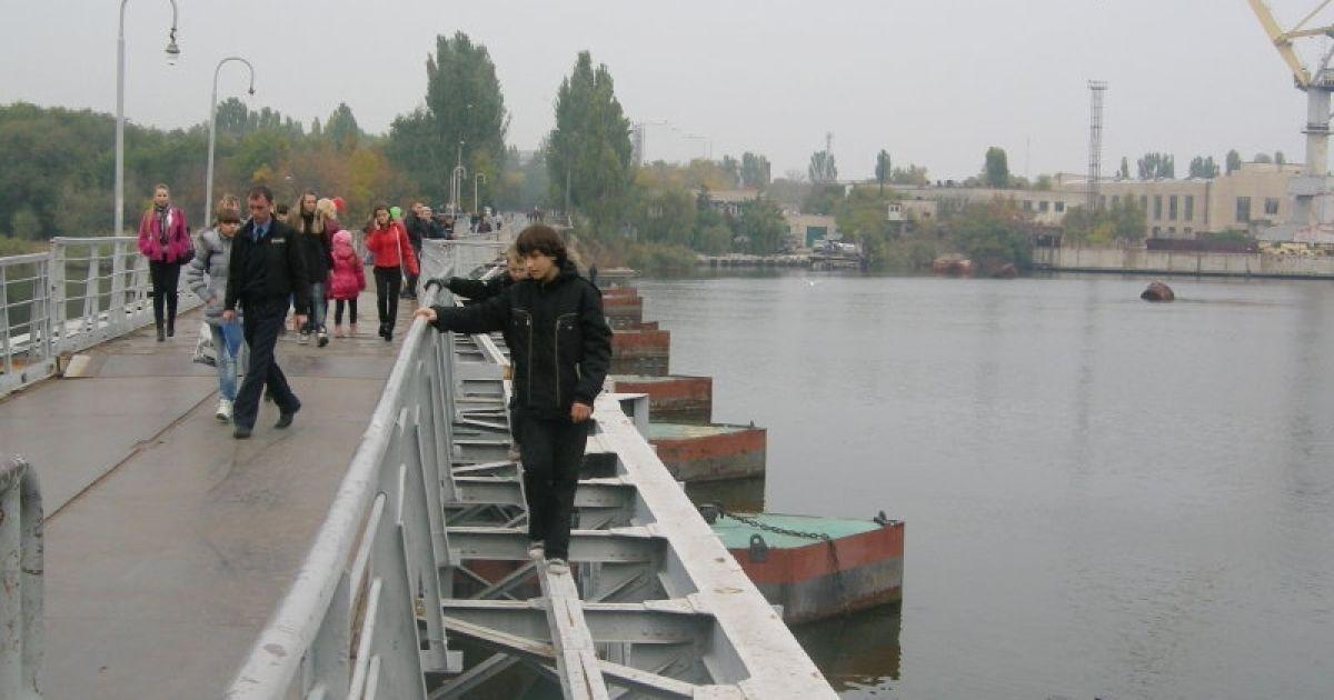 Попри трагедію, діти продовжують ходити по балці на мосту @ novosti-n.mk.ua