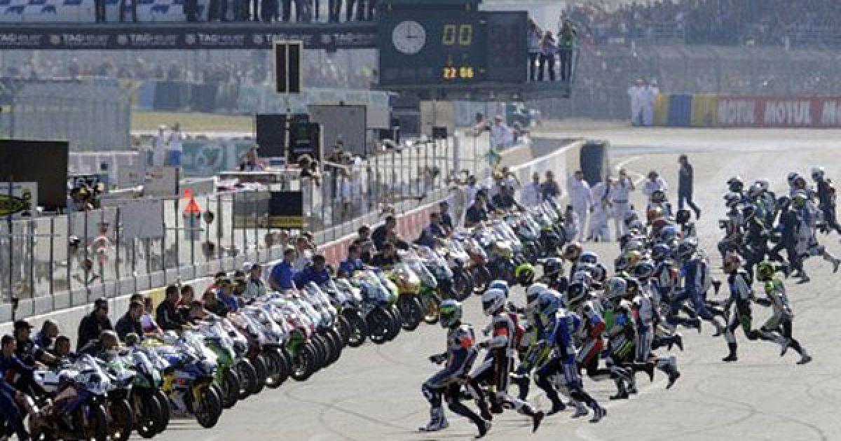 """Франція, Ле-Ман. Гонщики поспішають до своїх мотоциклів на початку 34-ої гонки на витривалість """"Le Mans"""", яка триває 24 години. @ AFP"""