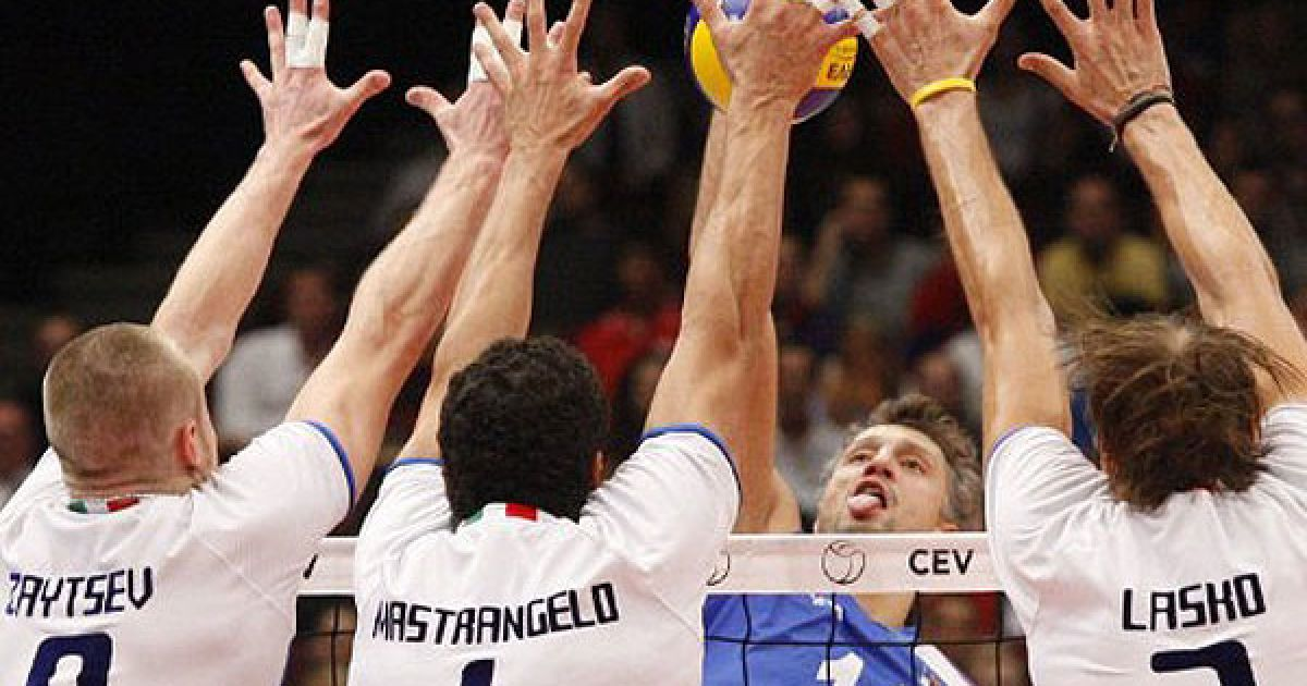 Австрія, Відень. Гравець збірної Сербії Іван Мілкович блокує м'яч під час фінальної гри між Сербією та Італією на чемпіонаті Європи з волейболу. @ AFP