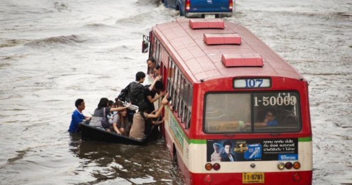 Таїланд, Бангкок. Пасажири пересідають з човна на автобус на затопленій вулиці в районі магазинів Lat Phrao в Бангкоку. @ AFP