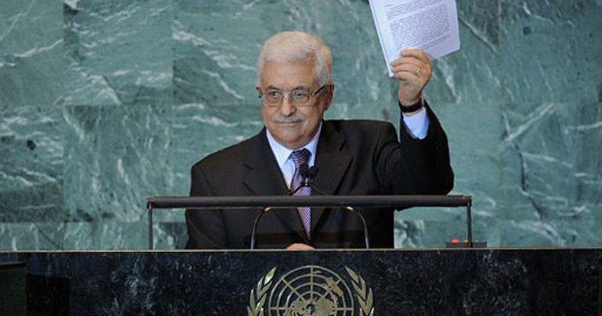 США, штаб-квартира ООН, Нью-Йорк. Президент Палестинської автономії Махмуд Аббас демонструє копію листа з проханням визнати державність Палестини під час виступу на Генеральній Асамблеї ООН в Нью-Йорку. @ AFP