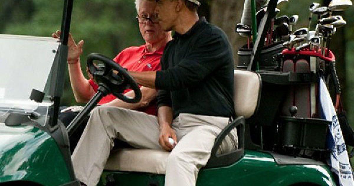 США, база Ендрюс. Президент США Барак Обама і екс-президент США Білл Клінтон розмовляють під час поїздки у гольф-карі після завершення гри на базі Ендрюс. @ AFP