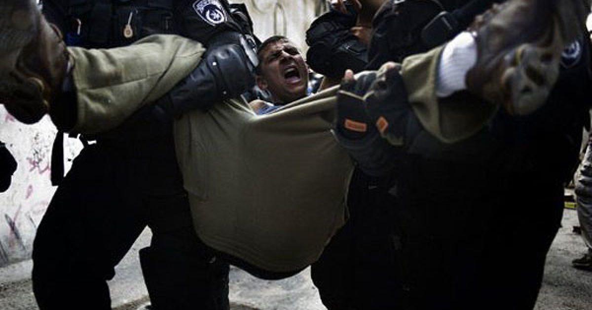 Єрусалим. Ізраїльські прикордонники затримують палестинських демонстрантів, які кидали каміння в поліцію під час зіткнень у Східному Єрусалимі. @ AFP
