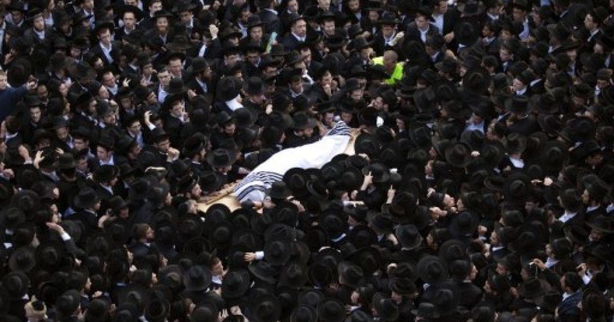 Єрусалим. Ультра-ортодоксальні євреї несуть тіло рабина Цві Натана Френкеля під час його похорону в єрусалимському районі Бейт-Ізраїль. Рабин Цві Натан Френкель був главою Мір Єшива, однієї з найбільших єврейських релігійних шкіл в світі. @ AFP