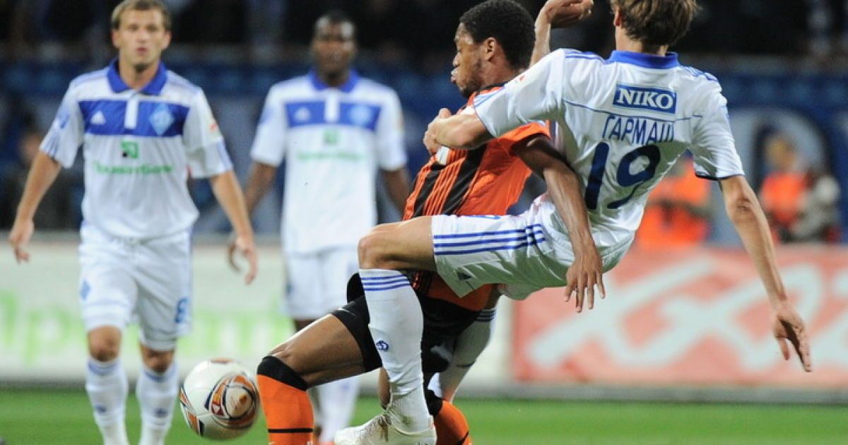 Чоловіча боротьба за м'яч між Адріано і Гармашем @ shakhtar.com