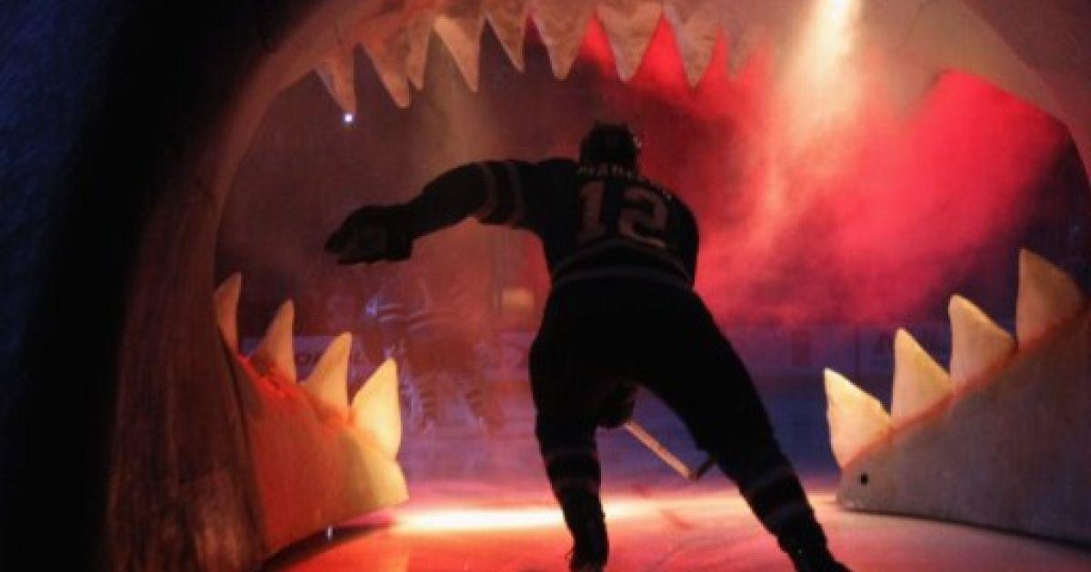 """США, Сан-Хосе, штат Каліфорнія. Гравець """"Сан-Хосе Шаркс"""" Патрік Марло виїжджає на лід перед грою з """"Лос-Анджелес Кінгз"""". @ AFP"""