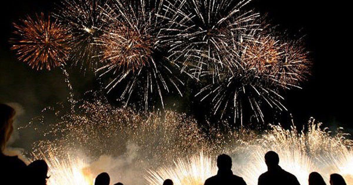 Литва, Вільнюс. Люди дивляться феєрверк під час проведення 3-го міжнародного фестивалю феєрверків у Вільнюсі. @ AFP