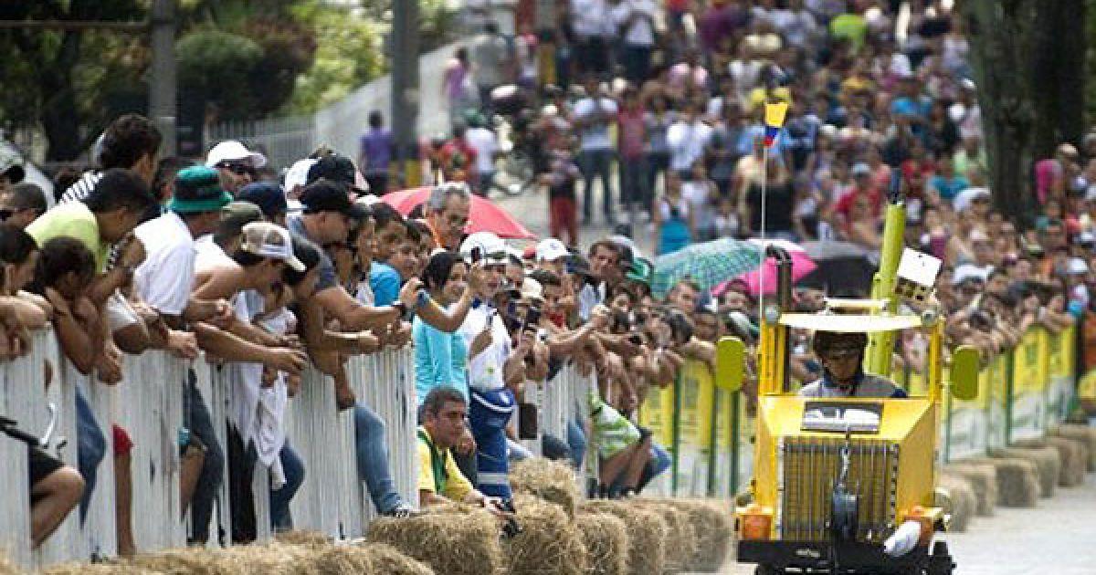 """Колумбія, Медельїн. Учасник веселих перегонів на 23-му фестивалі """"Roller Cart"""" в Медельїні. @ AFP"""