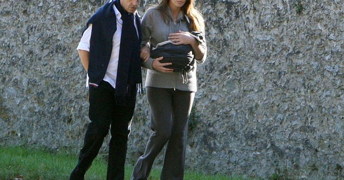 Президент Франції Ніколя Саркозі та його дружина Карла Бруні прогулялися з дочкою Джулією у Версалі. @ SplashNews