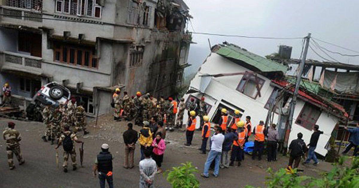 Індія, Гангток. Військові та рятувальники розшукують тіла жертв під завалами після руйнівного землетрусу, від якого постраждали мешканці кількох районів в Індії та Непалі. @ AFP