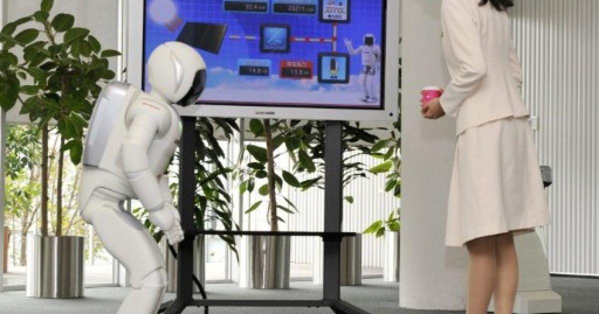Японія, Вако. Співробітник компанії Honda представляє людиноподібного робота Asimo, який може виконувати нові численні функції. Зокрема, робот Asimo може рухатися без контролю з боку оператора. @ AFP