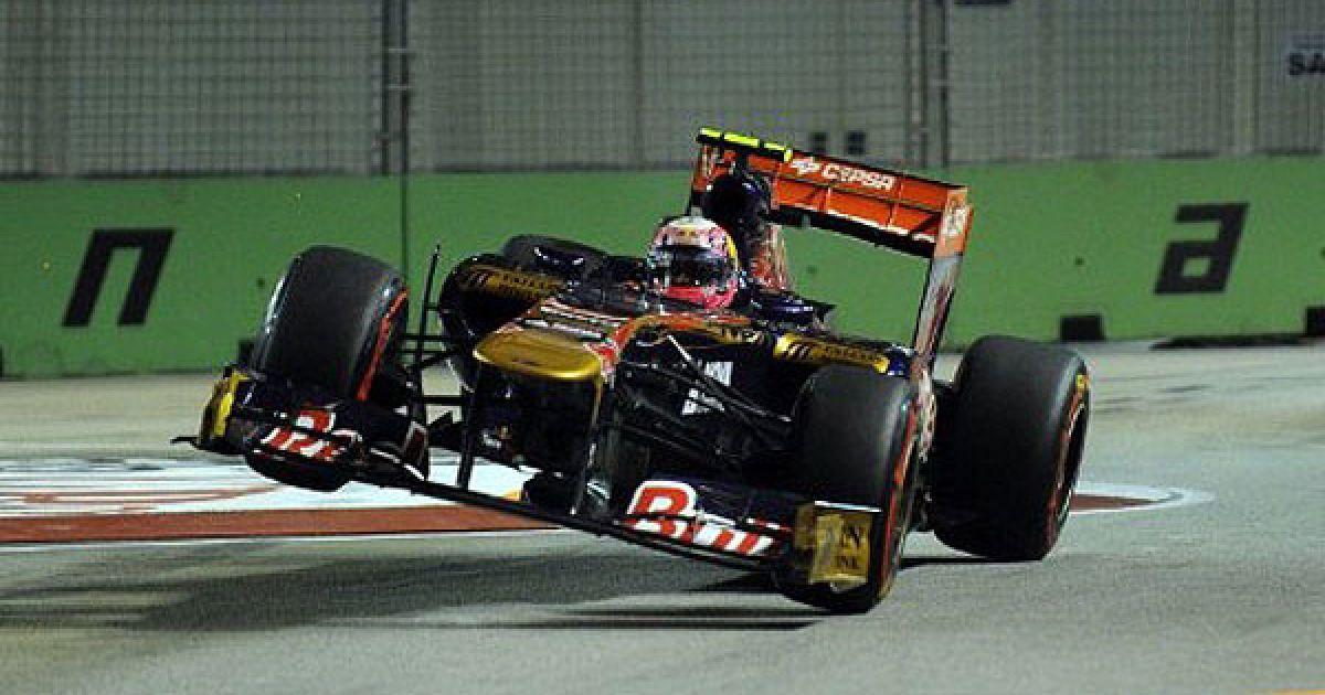 """Сінгапур. Іспанський гонщик команди """"Toro Rosso-Ferrari"""" Хайме Альгерсуарі тренується перед виступом на гран-прі Formula One в Сінгапурі. @ AFP"""