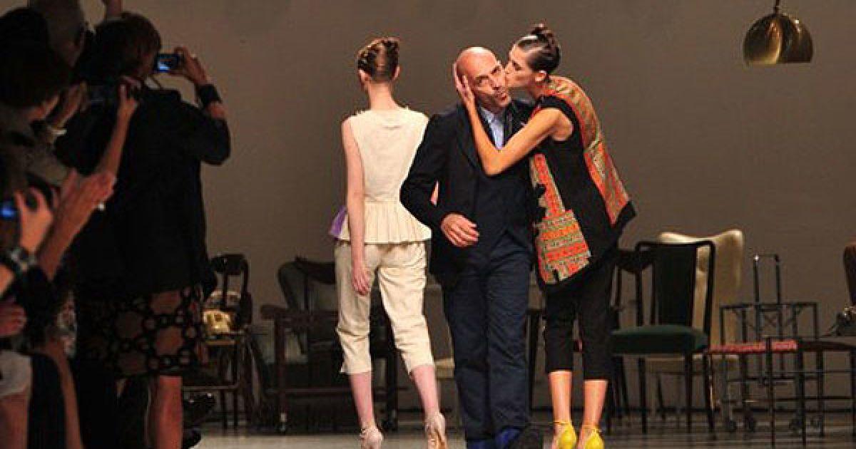 Італія, Мілан. Італійський дизайнер Антоніо Маррас вітає публіку після показу його колекції сезону весна-літо 2012 на Міланському тижні моди. @ AFP
