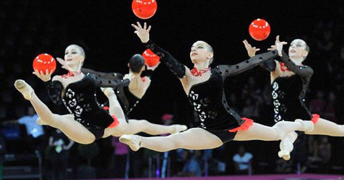 Франція, Монпельє. Збірна Україні з художньої гімнастики виконує вправу з м'ячами під час виступу на 31-му чемпіонаті світу з художньої гімнастики. @ AFP