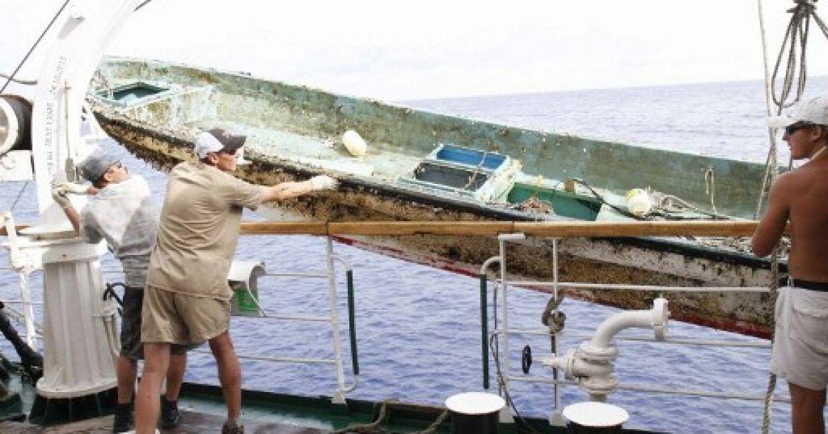 """Корабель """"Паллада"""" підняв залишки човна, змитого з берега Японії цунамі @ AFP"""