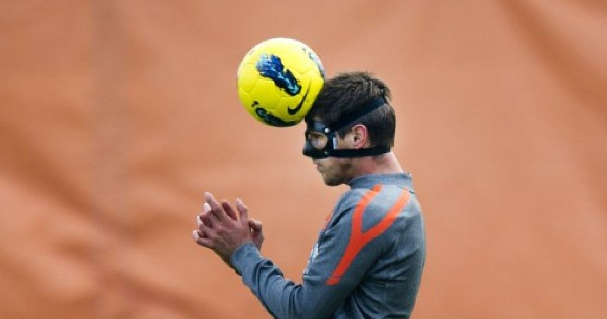 Нідерланди, Катвійк. Голландський футболіст Клаас-Ян Хунтелаар стрибає під час підготовки збірної Голландії з футболу. Голландський нападник, який зламав ніс минулого тижня, працює за індивідуальною програмою. @ AFP