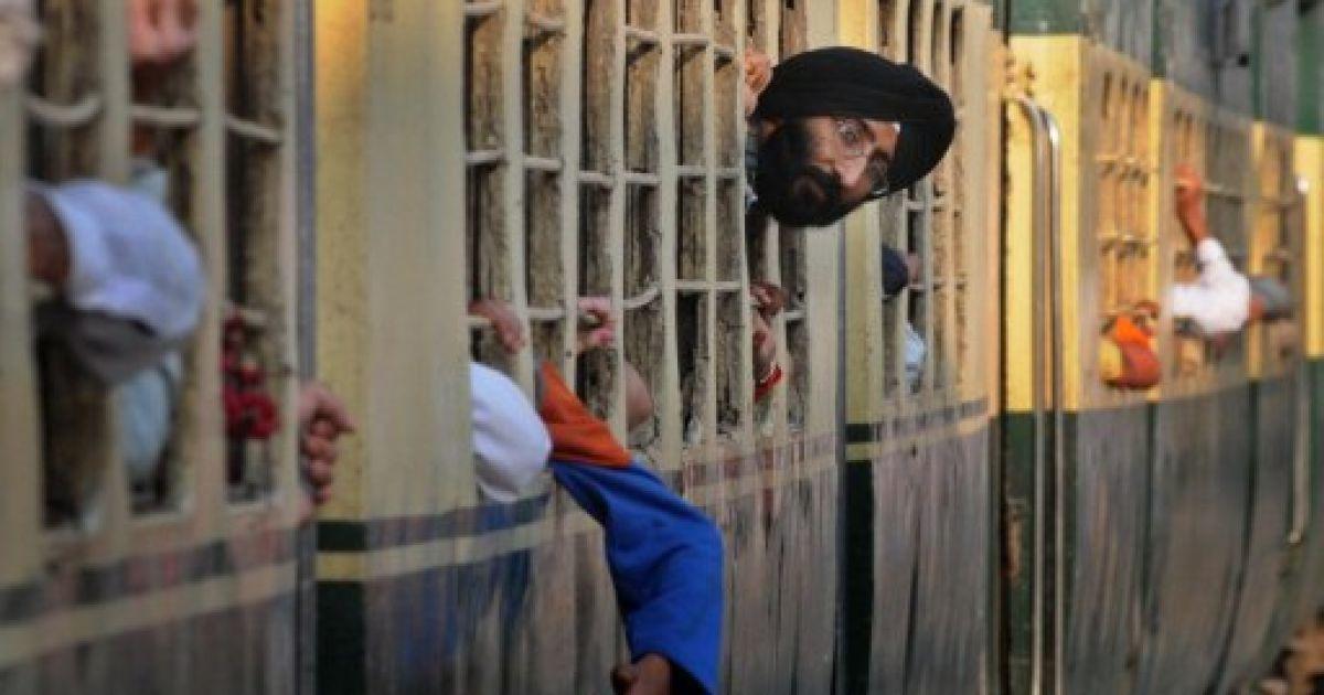 Пакистан, Вагах. Сикх-прочанин визирає з поїзда на залізничній станції Вагах після прибуття з Індії. Тисячі паломників-сикхів прибувають до Пакистану з усього світу на святкування 542-ої річниці з дня народження Шрі Гуру Нанака Дева 10 листопада. @ AFP