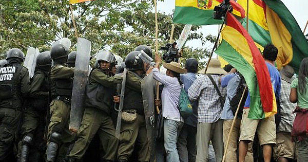 Болівія, Чапаріна. Зіткнення між поліцією та мешканцями басейну Амазонки сталися під час проведення маршу на знак протесту проти прокладання дороги через заповідник. @ AFP