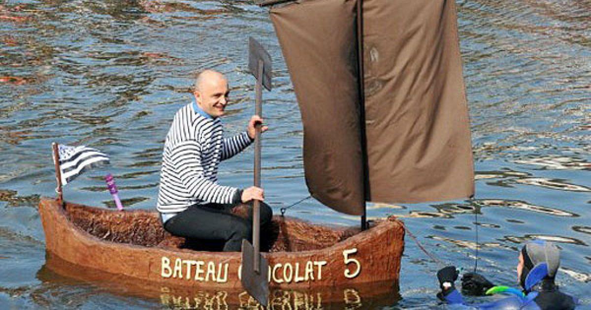 Франція, Брест. Чоловік керує двометровим човном, виготовленим з шоколаду, із шоколадними веслами і вітрилами, який створив кондитер Жорж Ларінколь. @ AFP