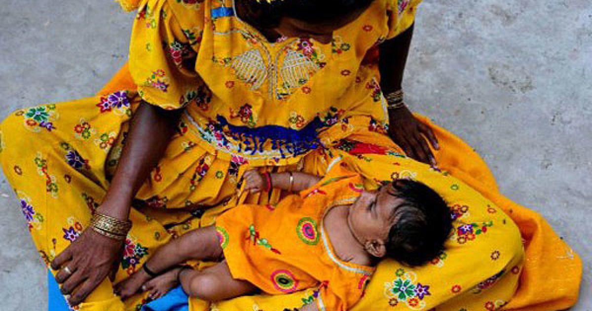 Пакистан, Сангар. Пакистанці, постраждалі від повеней, чекають на розподіл продовольчої допомоги. Більше 350 осіб загинули, і понад 8 мільйонів людей постраждали цього року від повеней, викликаних мусонними дощами. @ AFP
