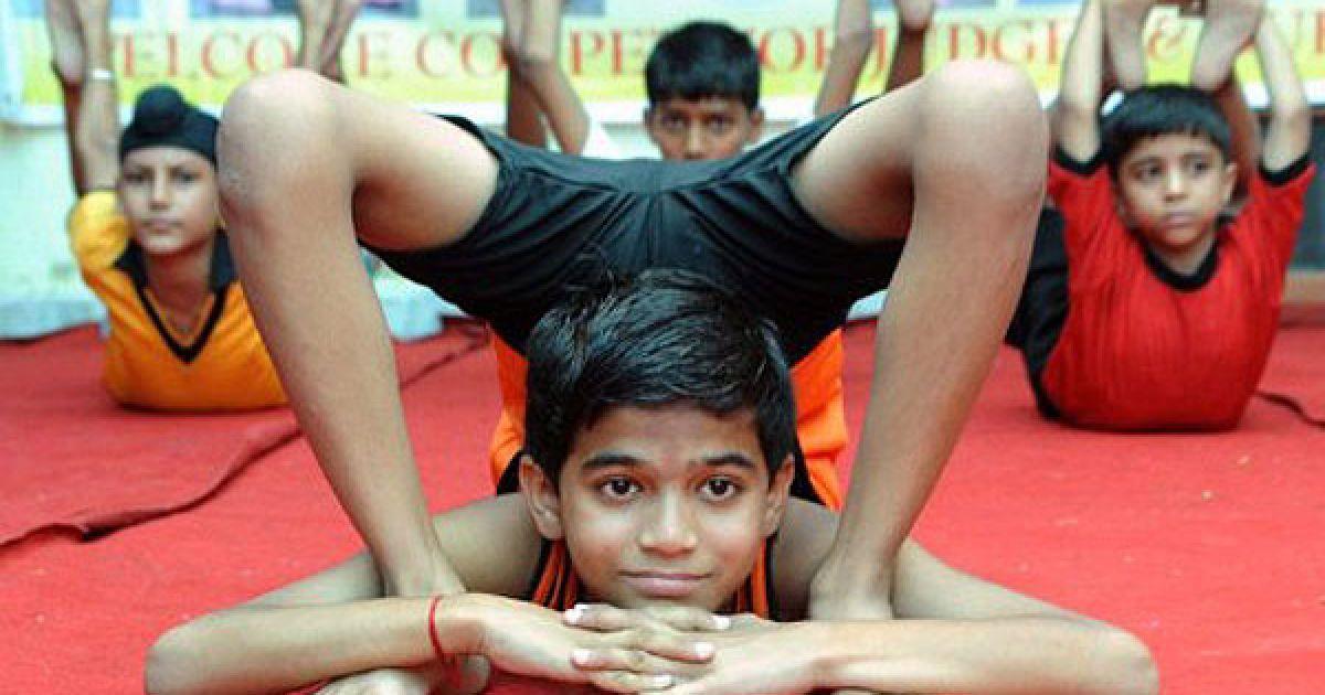 Індія, Амрітсар. Юний учасник масового тренування з йоги, в якому взяли участь 275 осіб. @ AFP