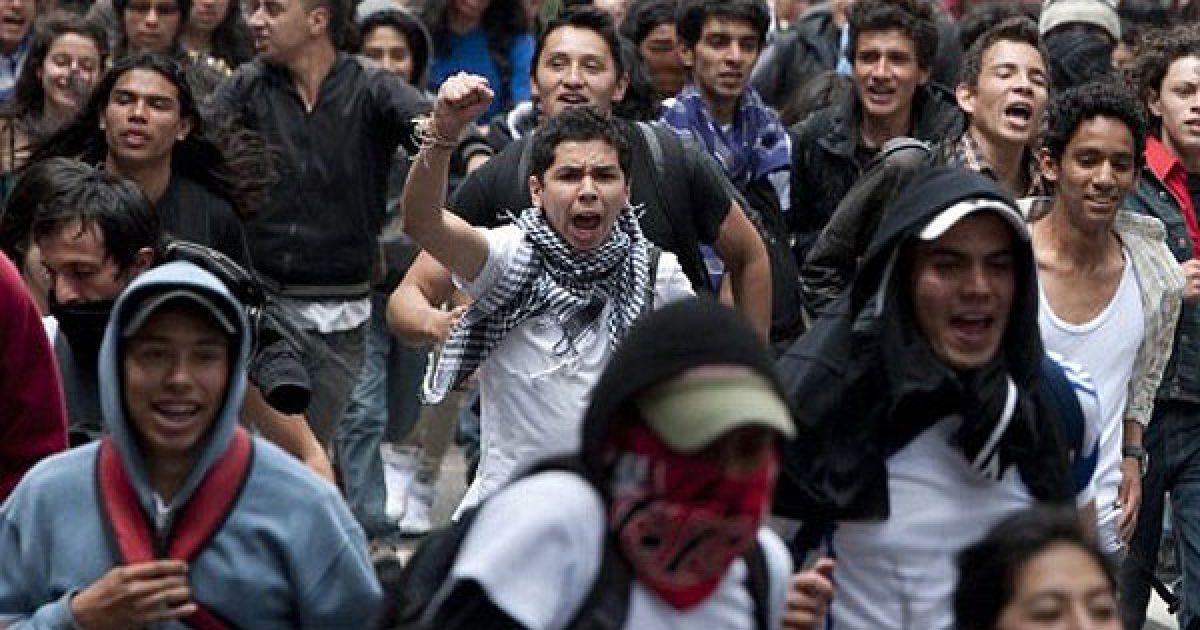 Марши студентов в защиту государственного образования в Колумбии закончились массовыми стычками с полицией. @ AFP
