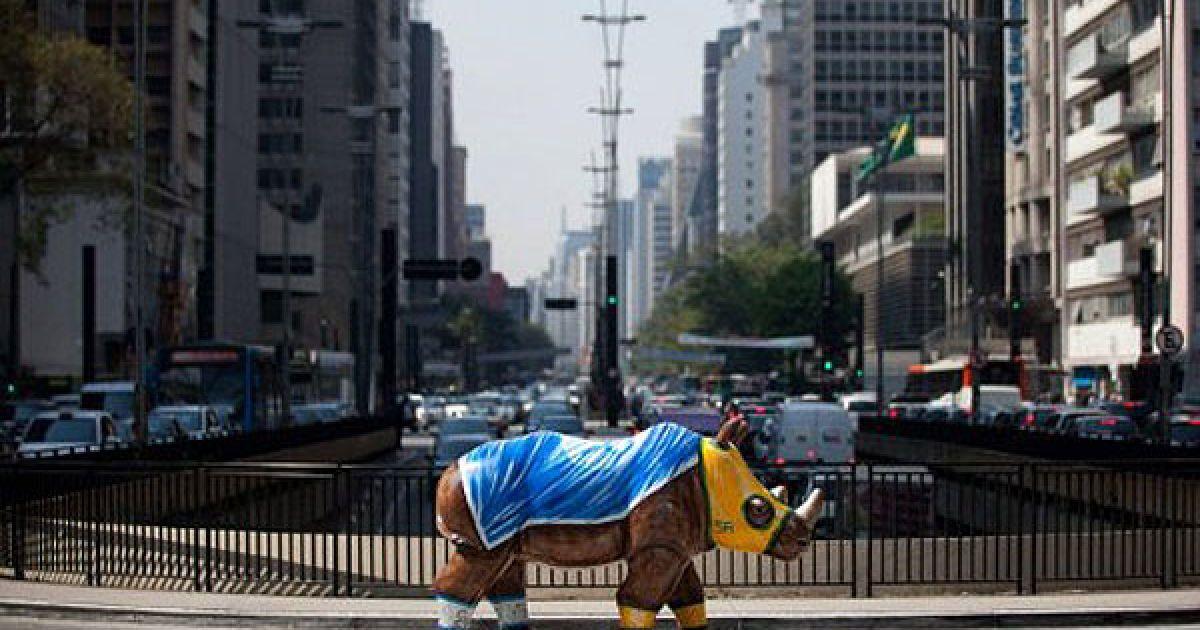 """Бразилія, Сан-Паулу. Фігури різнокольорових носорогів, виготовлені зі скловолокна, були встановлені на вулицях міста Сан-Паулу в рамках арт-проекту """"Ріноманія"""". Всього в місті з'явилось 60 носорогів, створених місцевими художниками. @ AFP"""